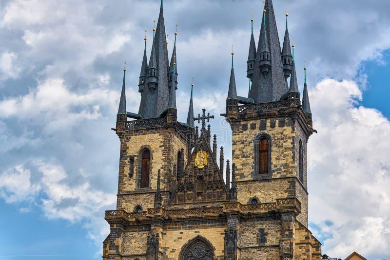 Kyrka av vår dam för Tyn Prague - arkitektonisk bild i gammal stadfyrkant, i Prague, Tjeckien med Chram royaltyfri fotografi