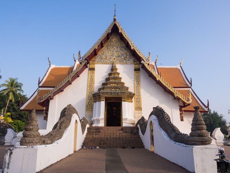Kyrka av Wat Phu Mintr under blå himmel royaltyfria bilder