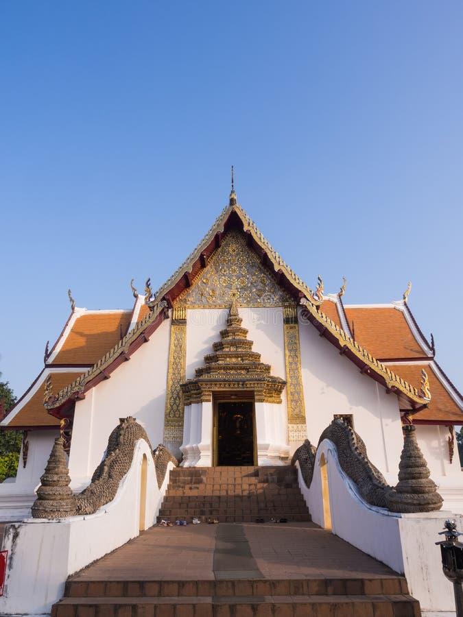 Kyrka av Wat Phu Mintr under blå himmel fotografering för bildbyråer