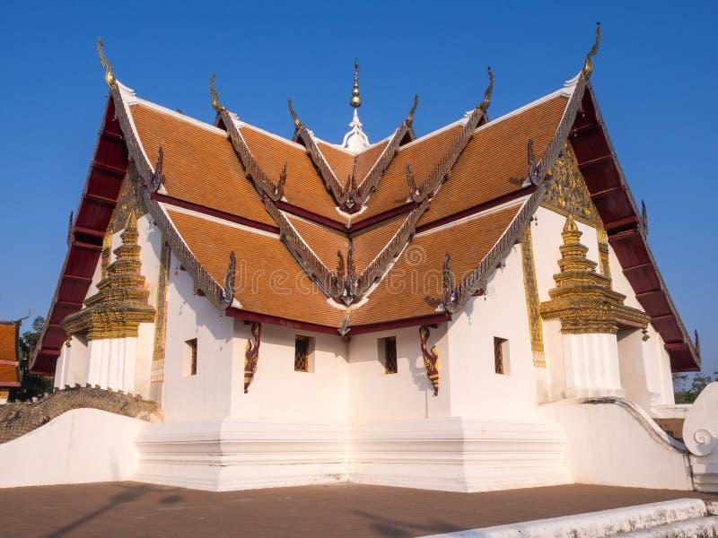 Kyrka av Wat Phu Mintr under blå himmel royaltyfri foto