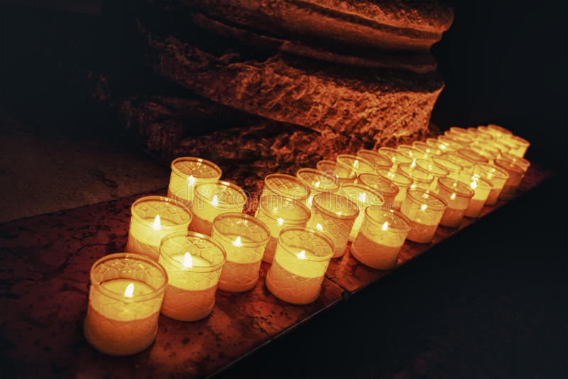 Kyrka Brinnande stearinljusflammor fotografering för bildbyråer