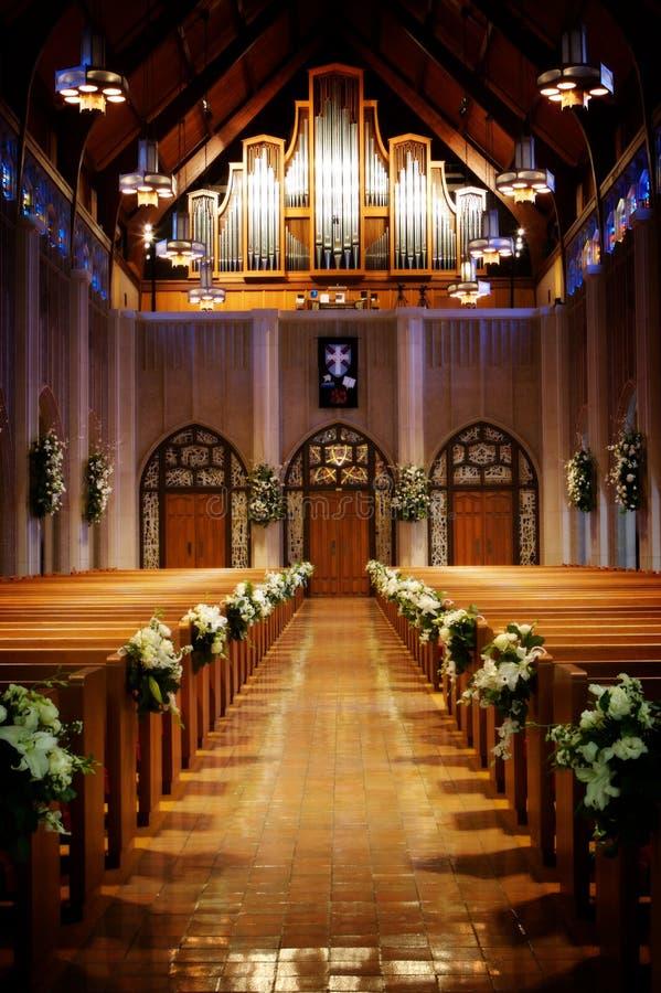 kyrka dekorerat bröllop arkivfoto