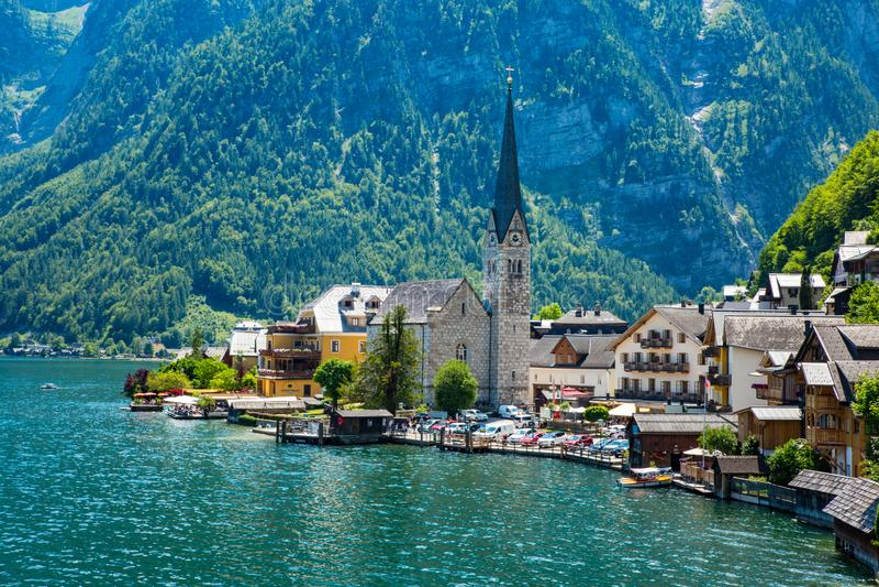 Kyrka för blå himmel för Hallstadt Österrike byUnesco arkivfoton