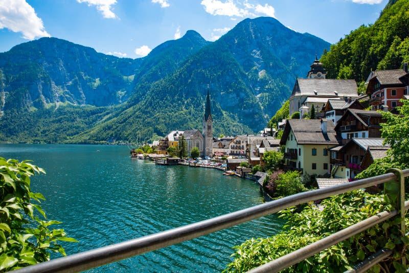 Kyrka för blå himmel för Hallstadt Österrike byUnesco royaltyfri fotografi