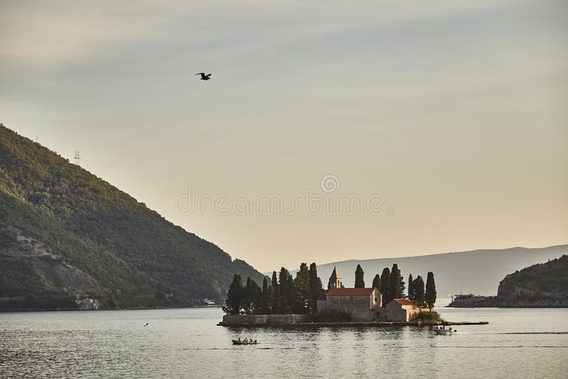 Kyrka för `s för St George Ö i fjärden av Kotor Montenegro Solnedgång Ö för St George ` s fotografering för bildbyråer