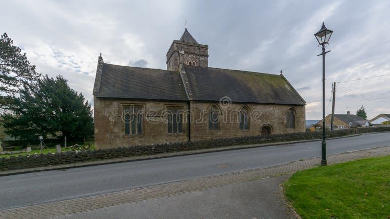 Kyrka för St Peter och St Paul ` s - södra fasadvägsikt arkivfoto