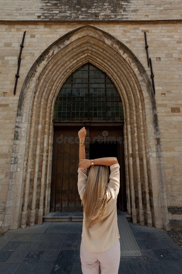 Kyrka för tillbaka trädörr för flicka gotisk arkivbilder