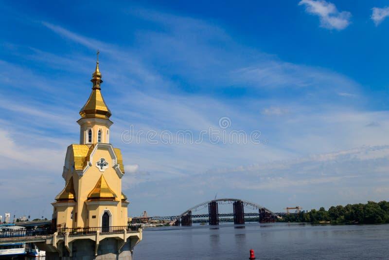 Kyrka f?r St Nicholas Wondermaker p? vatten i Kiev, Ukraina arkivfoton
