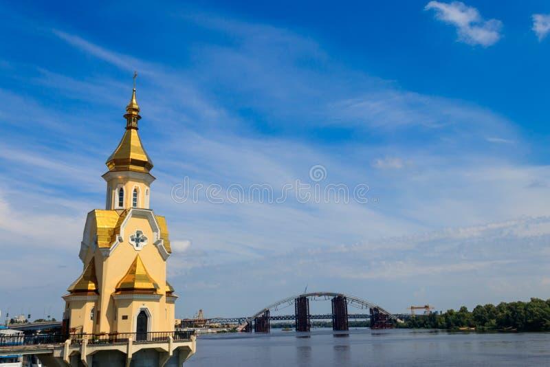 Kyrka f?r St Nicholas Wondermaker p? vatten i Kiev, Ukraina arkivbilder