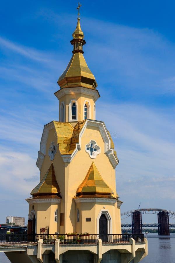 Kyrka f?r St Nicholas Wondermaker p? vatten i Kiev, Ukraina fotografering för bildbyråer