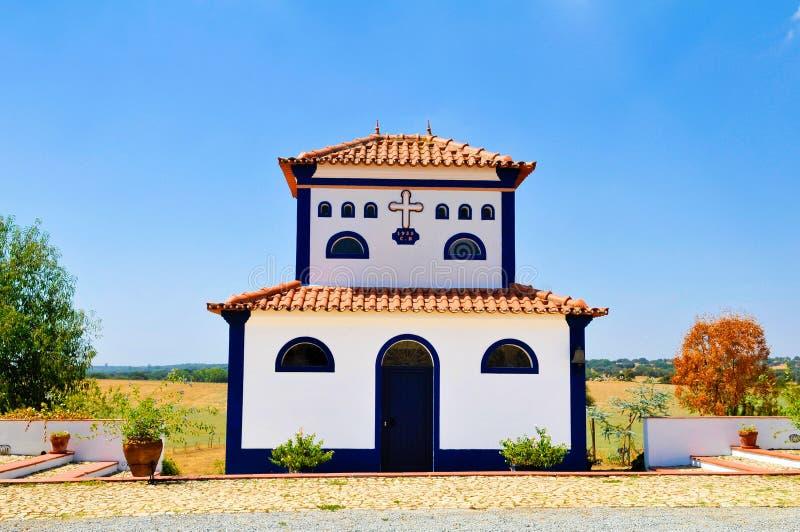 Kyrka från det typiska landsgodset, Alentejo Vita Huset, lopp Portugal arkivfoto