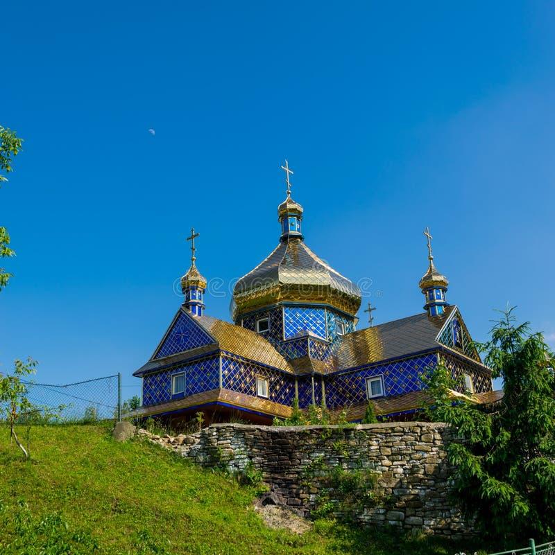 Kyrka i den ukrainska byn arkivfoto