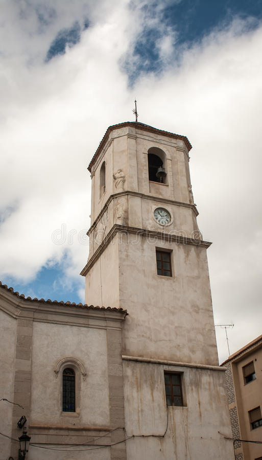 Kyrka i den vita byn royaltyfri bild