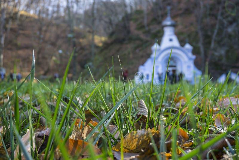Kyrka i lantligt höstberglandskap royaltyfri foto