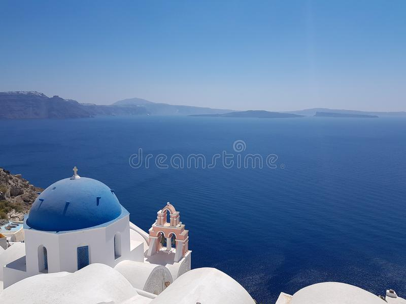Kyrka i Santorini och det öppna havet royaltyfri bild