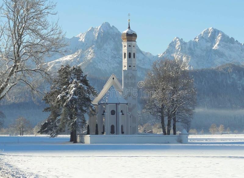 Kyrka i snö fotografering för bildbyråer