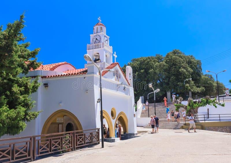 Kyrka med ett klockatorn Kato Monastery Tsambika Rhodes ö arkivfoton