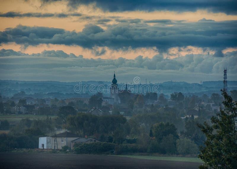 Kyrka med himmel efter en storm fotografering för bildbyråer