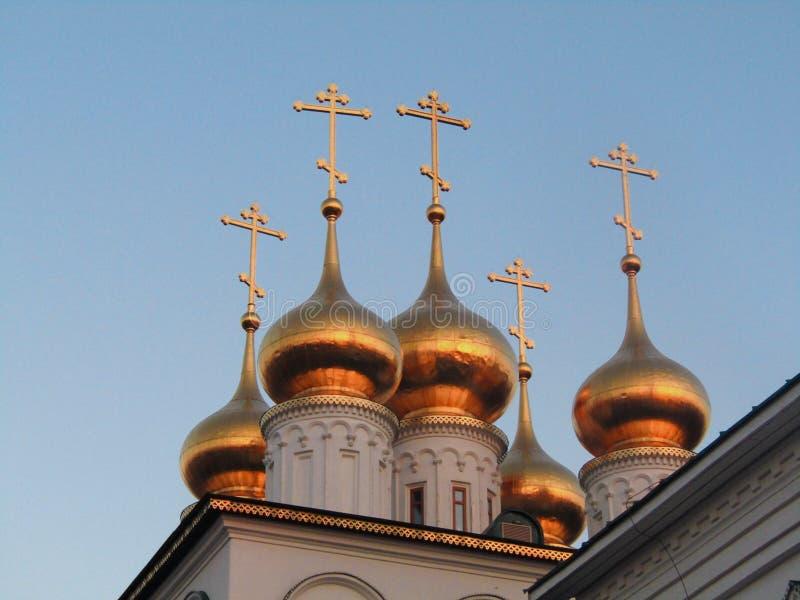 Kyrka med kupoler royaltyfri bild
