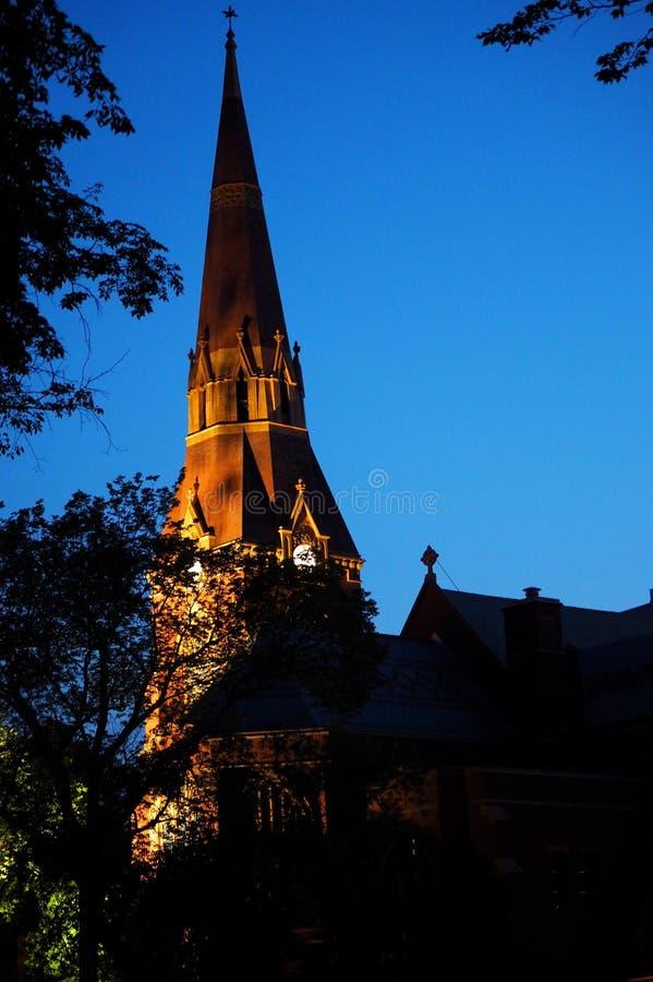 Kyrka med spire i Saskatoon Saskatchewan på kvällen royaltyfria foton