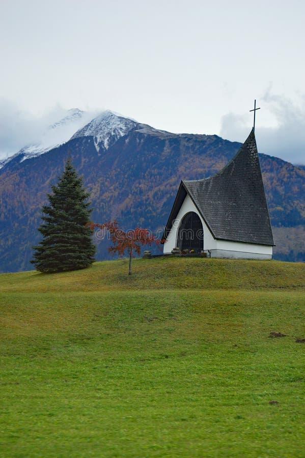 Kyrka och berg i Österrike arkivfoton