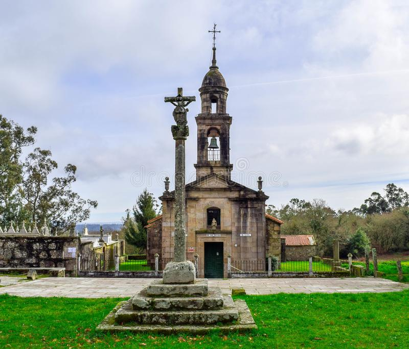 Kyrka och kors av historiska stenar arkivfoto