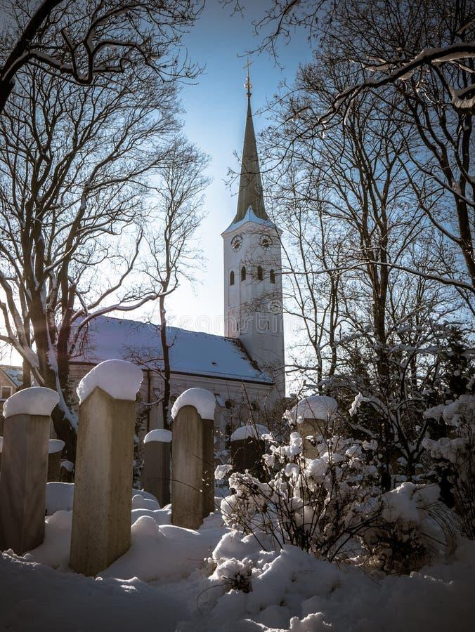 Kyrka och kyrkogård fotografering för bildbyråer