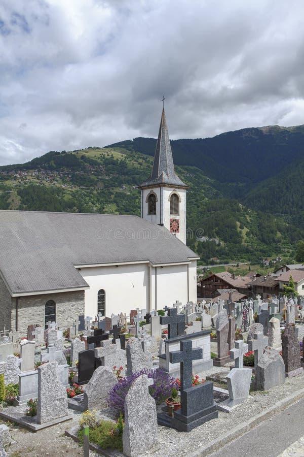 Kyrka och kyrkogård arkivfoto