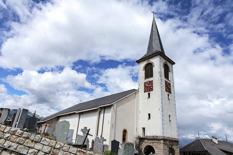 Kyrka och kyrkogård royaltyfri bild