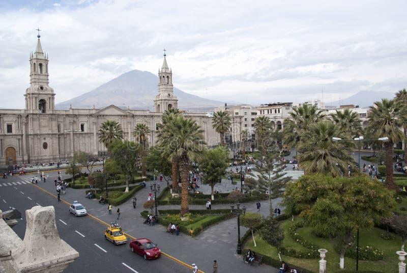 Kyrka och palmträd på Plaza de Armas i Arequipa, Peru, Sydamerika arkivbild