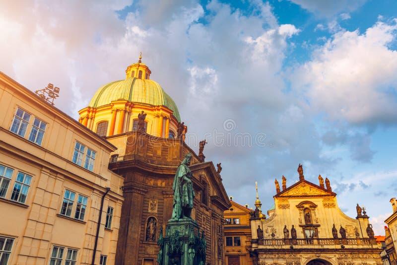 Kyrka och sjukhus av St Francis av Assisi i närheten av Charles Bridge i Prague f?r republiktown f?r cesky tjeckisk krumlov medel fotografering för bildbyråer