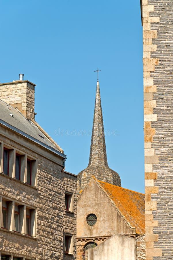 Kyrka och tak av Saint Malo i sommar med blå himmel _ royaltyfri fotografi