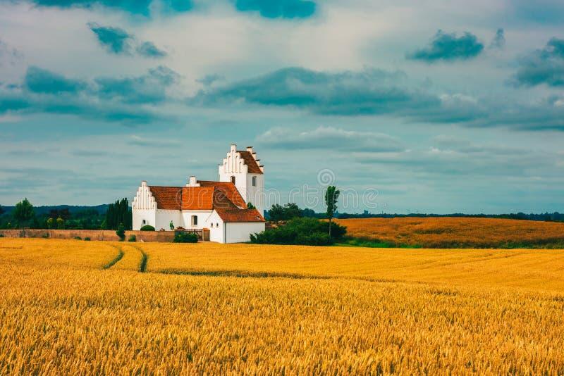 Kyrka på dansk bygd arkivbild