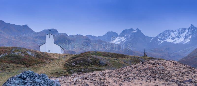 Kyrka på de kullelandskapet, bergen och maxima i bakgrund, naturlig miljö royaltyfria foton