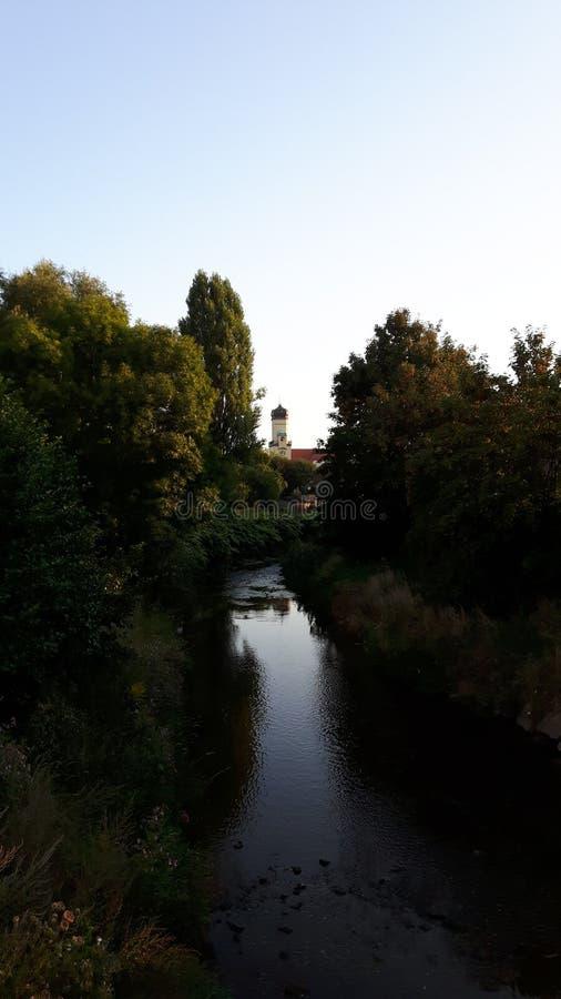 Kyrka på floden royaltyfri fotografi