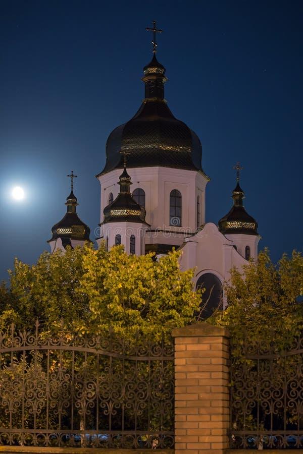 Kyrka på fullmånen royaltyfri bild