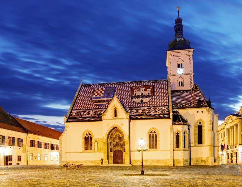 Kyrka på natten i Zagreb, Kroatien royaltyfri fotografi