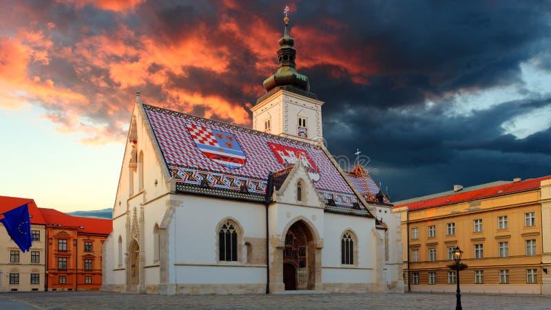 Kyrka på natten i Zagreb, Kroatien arkivbild