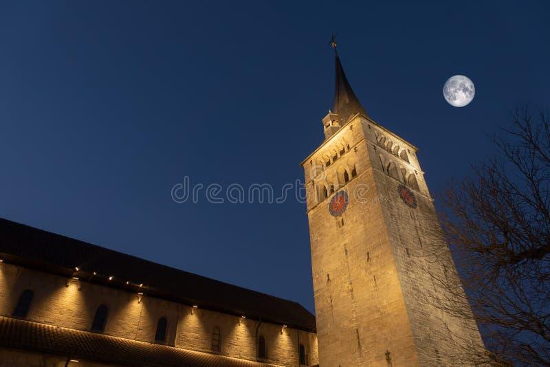 kyrka Saint Martin i den Sindelfingen Tyskland vid natt med månen royaltyfria foton