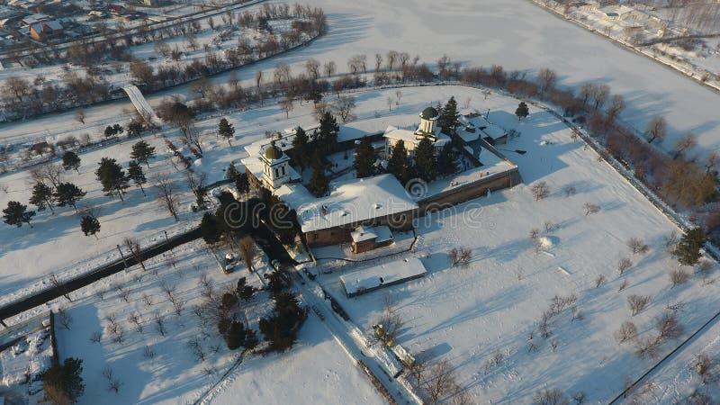 Kyrka som ses från över, snö fotografering för bildbyråer