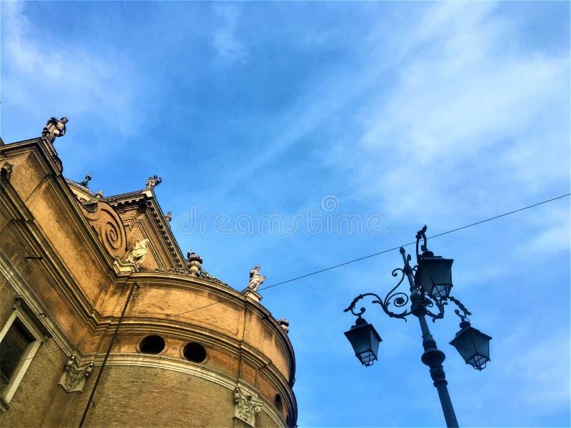 Kyrka, statyer och lampa i den Parma staden, Italien royaltyfri foto