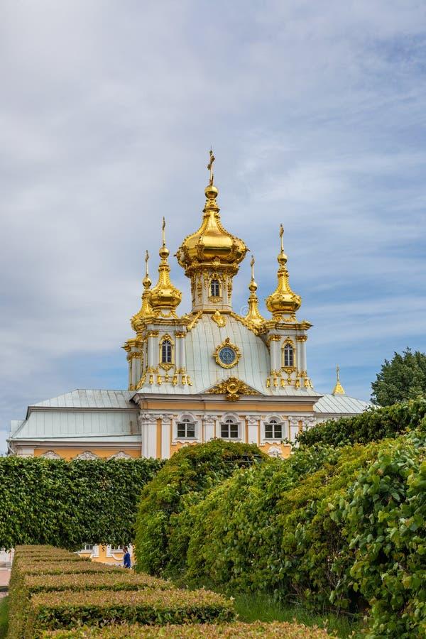 Kyrkabyggnad av den stora Peterhof slotten Ryssland royaltyfri foto
