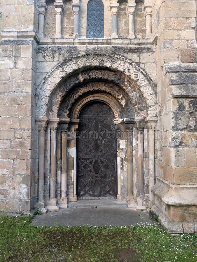 Kyrkadörrväg, kyrklig dörr för medievil och sten sniden arkitektur arkivfoto