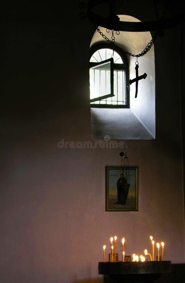 Kyrkafönster och stearinljus arkivbild