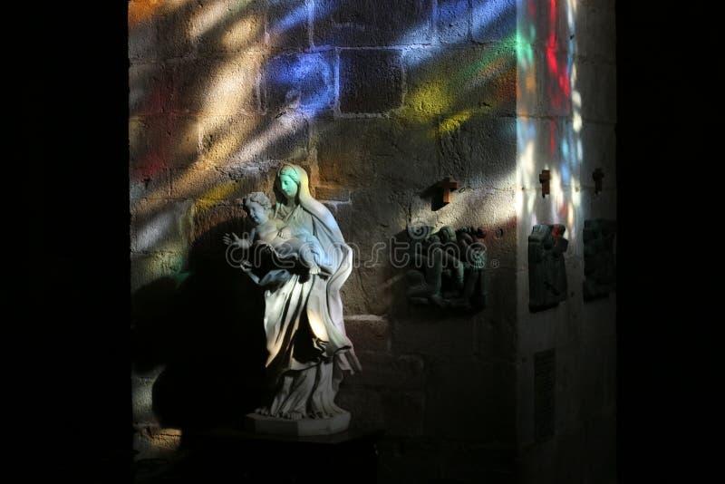 Kyrkainre som målas med målat glassljus fotografering för bildbyråer
