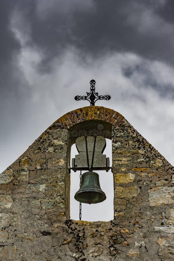 Kyrkaklocka i ett kapell arkivbild