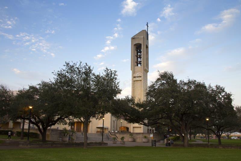 KyrkaKlocka torn med korset i McAllen, Texas royaltyfri foto