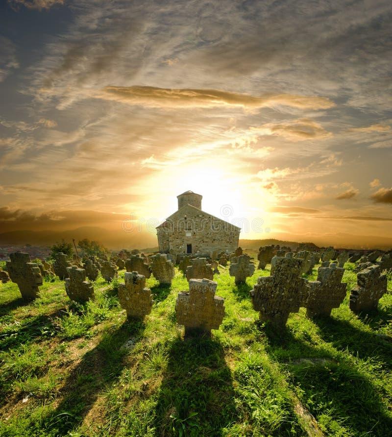 Kyrkakyrkogård på solnedgången, Serbien royaltyfri foto
