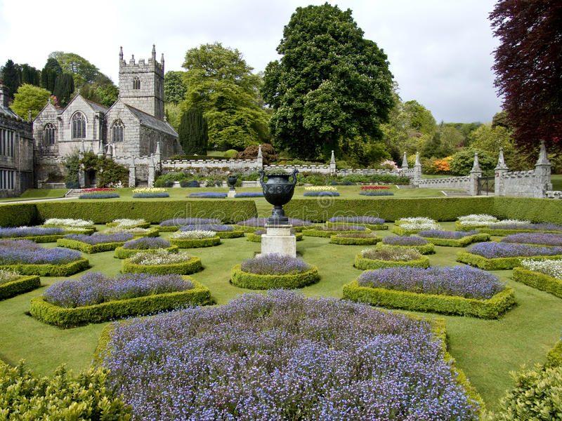 kyrkan arbeta i trädgården lanhydrock arkivfoton