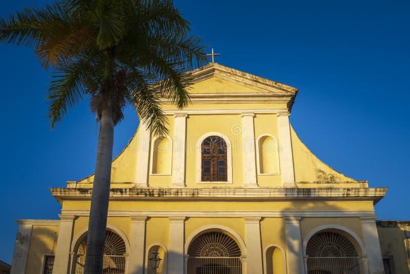 Kyrkan av den heliga Treenighet i plazaen som är viktig i Trinidad arkivfoto